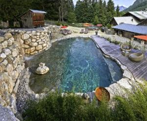 Mit der Unterstützung durch erfahrene Fachleute und einer gründlichen Planung lässt sich in fast jedem Garten ein Pool realisieren. Foto: djd/Bundesverband Schwimmbad & Wellness e.V.