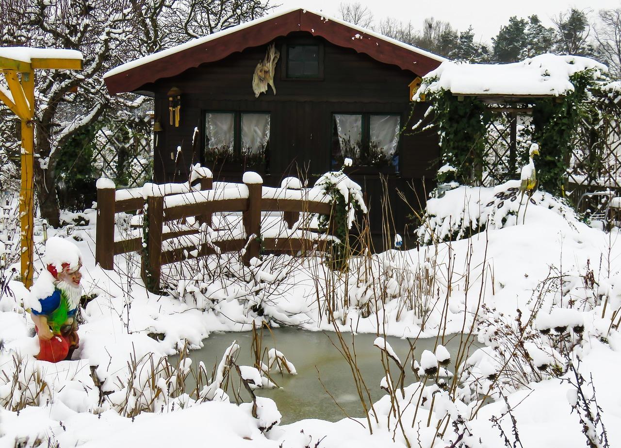 Winter im Garten - auch die Dusche muss entsprechend vorbereitet werden